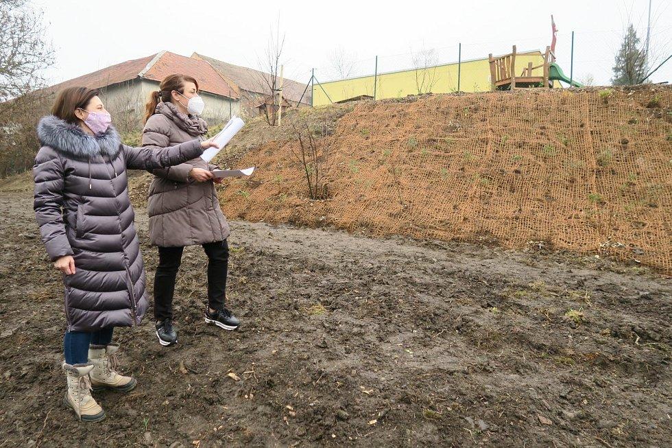 Obhlídka ukončené výsadby za mateřinkou ve Zdibech v režii starostky Evy Slavíkové a Evy Slezákové, která má na starost administrativu obce.