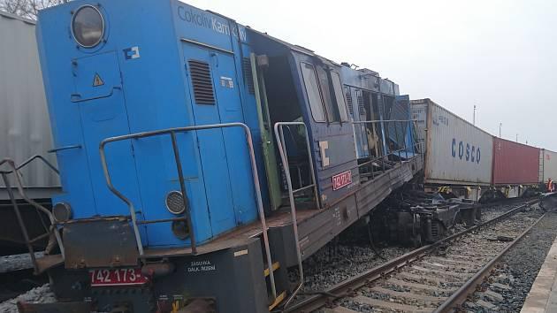 Na vlečce přístavu Mělník se v sobotu v 5.40 hodin srazily dvě posunované soupravy v důsledku čehož vykolejilo pět drážních vozidel a lokomotiva.