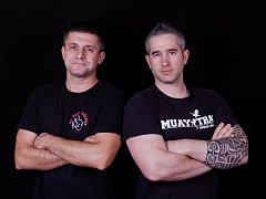 Kryštof Marounek (vlevo) trenér z SK BOX Mělník a kouč Muay Thai Bohuslav Bubník mladší (vpravo).
