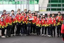 OVĚNČENÍ MEDAILEMI se vraceli ze turnaje v Mladé Boleslavi hokejoví starší žáci mělnického Junioru.