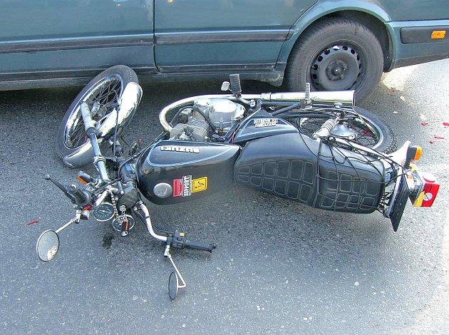 Nehoda motocyklu se dvěma automobily audi v Neratovicích
