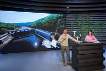 """Virtuální prohlídky vybraných elektráren pořádá ČEZ nově z vlastního televizního studia. """"Vysílat"""" pro školy i veřejnost bude do konce školního roku."""