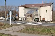 Panely, po kterých chodí lidé z Obříství do zdravotního střediska, nahradí nový chodník.