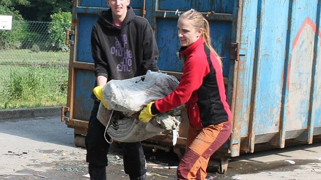 V Kralupech nad Vltavou pomáhají dobrovolníci z různých míst.