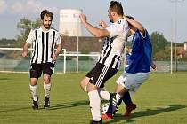 Fotbalisté Kostelce (v pruhovaném) našli v novém ročníku okresního přeboru prvního přemožitele.