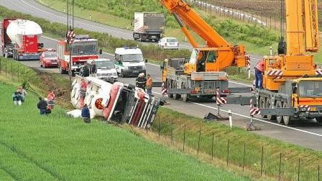 K odstraňování nehody musela být přivolána těžká technika. První menší přivolaný jeřáb s cisternou nepohnul.