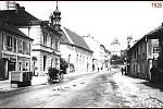 Ulice Pražská, kdysi Ludmilina, potom Fučíkova. Dům na snímku vlevo byl obchod pana Antonína Bartla, po rekonstrukci zde byla Růzhova firma od roku 1928.