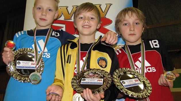 TROJICE NEJLEPŠÍCH odznakářů z Neratovic. Zleva druhý Jaroslav Škoda, uprostřed vítězný David Šprincl a vpravo třetí Filip Skala.