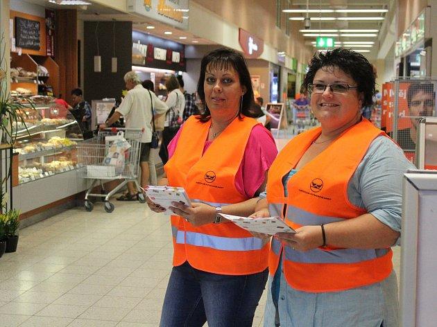 Mělnické úřednice v sobotu pořádaly Potravinovou sbírku.