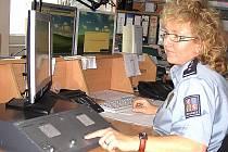 V operačním středisku mělnické policie, kam míří volání z tísňových linek 158 a 112, působí zkušení policisté. Patří mezi ně i nadpraporčík Jana Havelková.