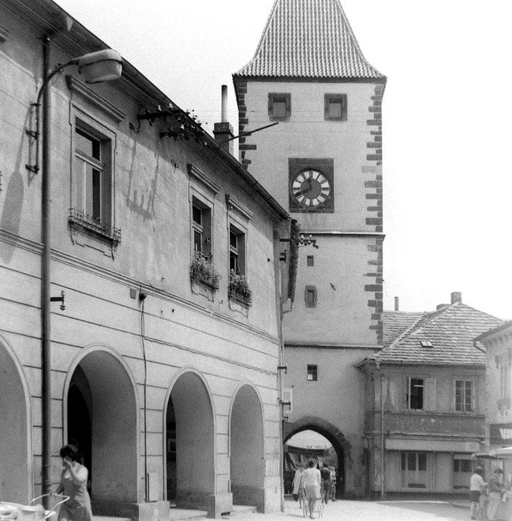 Ulice 5. května na snímku z 60. let 20. století. Vlevo stojí dům U zlaté hvězdy.