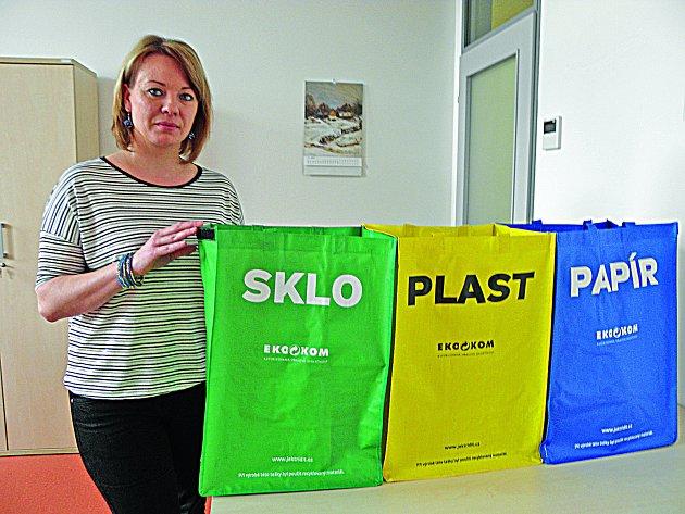 Podle úřednice Heleny Traxlové má město pro občany pět set padesát tašek na separační odpad.