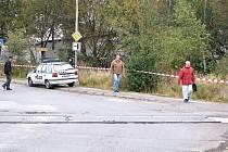 MÍSTO HRŮZNÉHO nálezu střeží policisté. Červenobílé pásky zmizí až poté, kdy kriminalisté zajistí všechny potřebné stopy.