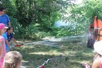 Děti hasily maketu hořícího domu.