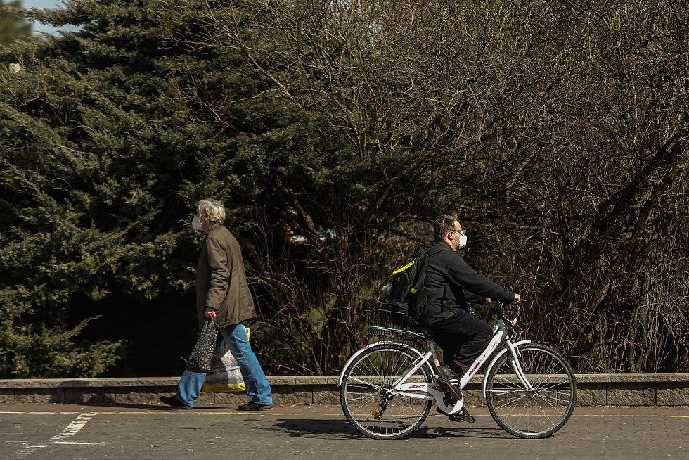Lidé s respirátory i bez v ulicích Neratovic.