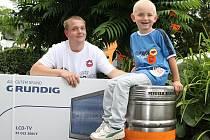 ZPÁTKY V ČASE. Daniel Koubek, na snímku s tehdy čtyřletým synkem Milánkem, ovládl Tip ligu Mělnického deníku už v roce 2012. Letos se mu se stejný počin povedl podruhé.