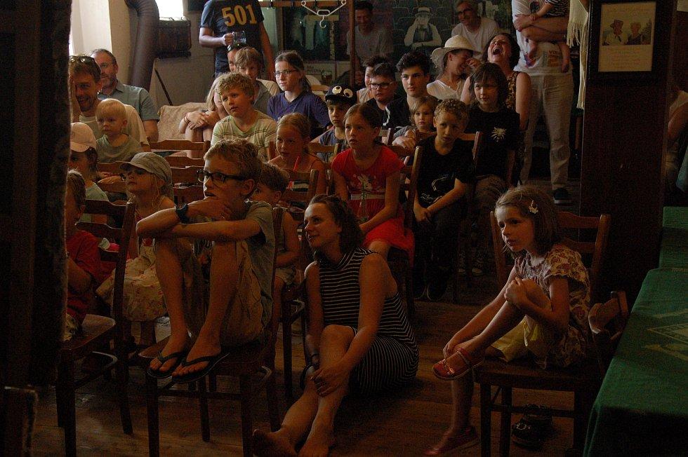 Šemanovické kulturní léto bylo v sobotu v hostinci Nostalgická myš zahájeno pohádkou Zlatá husa v podání pražského divadla Buchty a loutky.