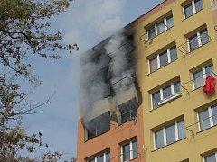 Z bytu v pátém patře šlehaly plameny.
