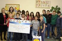 Jitka Vrbová (druhá zleva), mluvčí společnosti Lidl, přijela předat šek na 50 tisíc korun ředitelce Základní školy praktické a speciální v Mělníku Kateřině Lalouškové (zcela vlevo).