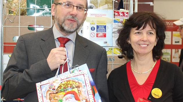 Dárky pro seniory převzal od zaměstnanců hypermarketu ve Vodárenské ulici ředitel Centra seniorů v Mělníku Jiří Vronský.