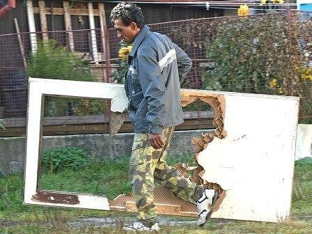 """Do """"azbestového domu"""" se prý stěhují desítky romů."""