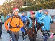 Na trati běhu, vedeném z Kralup přes tamní lávku pro pěší po pravém vltavském břehu, se skupina setkala u betléma v Řeži se spřátelenými běžci z tamního regionu.