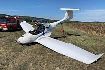 Nepodařené přistání ultralightu na travnaté letištní ploše u obce Horní Počaply.