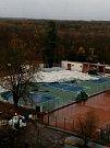 V mělnickém parku Na Polabí odlétla nafukovací hala.