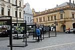 Putovní fotografické výstavě, která je věnovaná projektu Kořeny osobností, patří náměstí Míru v Mělníku celý měsíc až do konce března.