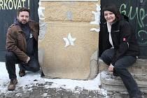 Mělničtí grafici Petr Šťastný a Jana Laubová se zvedli od počítačů a ze sněhu si uplácali kočky.