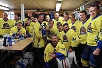 Předzápasové setkání hokejistů Neratovic s Davidem Krausem, který se státní hymnou postaral o slavnostní zahájení nové sezony.