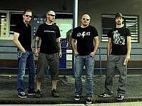 KAPELA Anyway (zleva) Bohumil Krejza, Petr Sládek, Jiří Nedvídek, Ben Danniels. Garážový sound kapely ovlivnil punk a noise rock, rock'n'roll, country i blues. Muzikanti vydali dvě alba Silver Rocket a Day After. Se svou muzikou objeli kus Evropy.