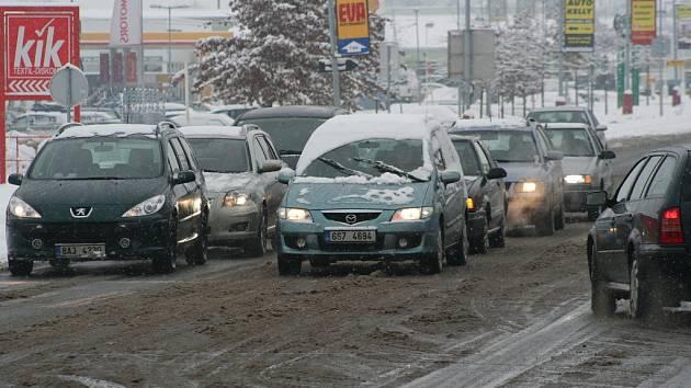 Ze sněhu měly radost děti, řidiči ovšem nadšeni nejsou