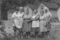 Píše se rok 1971 a ženy z Mělníka vyrazily jako kuchařky na dětský letní tábor do severních Čech.