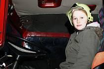Bára Milčinská za volantem hasičského vozu.