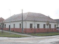 V centru, které nahradí starý rodinný dům, bude knihovna, obecní sál, občerstvení i ordinace.
