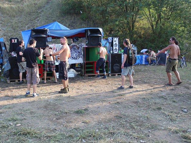Na travnatém plácku pod kopcem u rozlehlého pole za rychlostní silnicí směrem z Mělníka na Slaný se v pátek večer sešla snad stovka milovníků elektronické muziky. V sobotu v podvečer už jich zbyla jen hrstka.