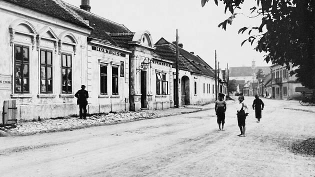 Hostinec U Zlaté lodě v roce 1918 v Českolipské ulici, později U Cinků. Za domem byla zahradní restaurace se vzrostlými kaštany. V pozadí je klášter s kostelem sv. Vavřince.
