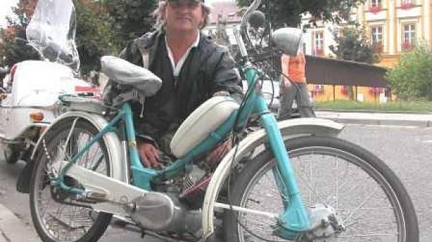 STADION S 11. Zdeněk Kalužný ze Mšena jezdí na mopedu, který býval služebním strojem v neratovické Spolaně.