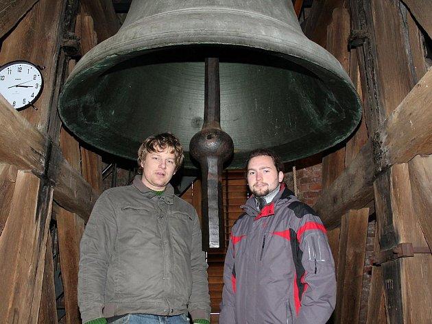 V pátečním poledni se rozezní i srdce největšího mělnického zvonu v chrámu svatých Petra a Pavla. Nebudou u toho scházet zvoníci Jiří Malecký (nalevo) a Martin Švec.