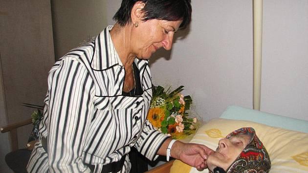 Valašské Meziříčí Vlasta Pásková 100 let Jubileum Narozeniny  Vlasta Pásková z Valašského Meziříčí se v úterý 27. září 2011 dožila sta let. Na fotografii je jubilantka s dcerou Marií Ambrozovou.
