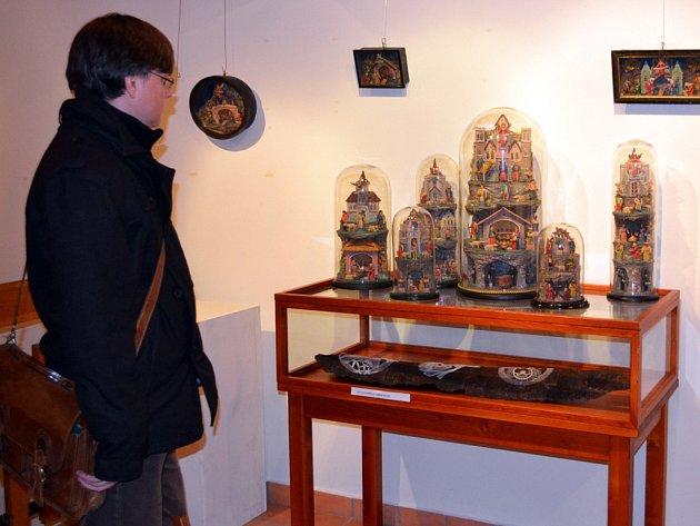 Výstava starých betlémů v galerii Informačního centra Zvonice na Soláni.