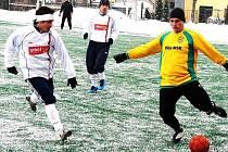 Ve 4. kole zimního turnaje v Novém Jičíně zvítězili fotbalisté Vsetína (v bílém) nad Velkými Karlovicemi+Karolinkou vysoko 6:1.
