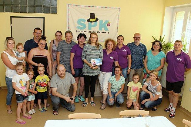 Výtěžek z pátého ročníku Kateřinického benefičáku si přijela ve čtvrtek převzít z rukou pořadatelů maminka nemocných dcer Elišky a Nikolky Petra Kneblová.