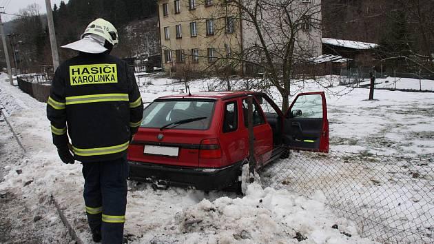 Havárie osobního auta ve Velkých Karlovicích.