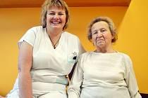 Osmdesátiletou paní Růženu z Valašské Bystřice (vpravo) doslova zachránila převazová sestra z nemocnice ve Valašském Meziříčí Kateřina Palinčáková (na snímku vlevo).