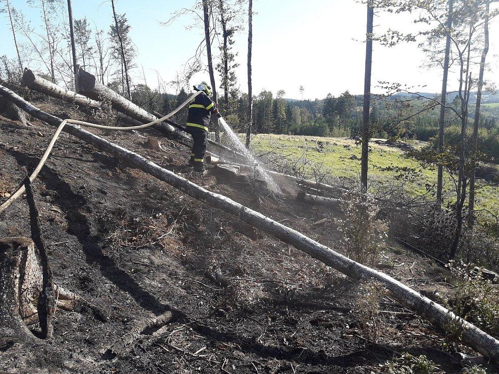 Požár na kopci Hůrka u Police.