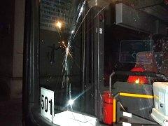 Neznámý uličník hodil na jedoucí autobus kámen.