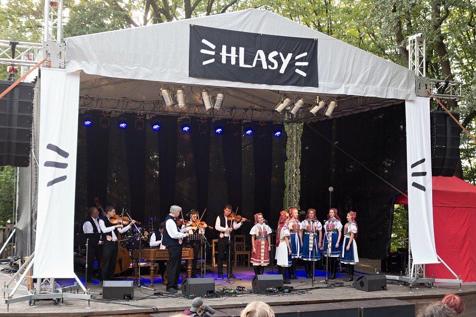 Druhý ročník mezinárodního hudebního festivalu lidského hlasu – Hlasy hostil v sobotu 1. září 2018 dřevěný amfiteátr na Stráni v Rožnově pod Radhoštěm.  Zahajovala Musica folklorica.