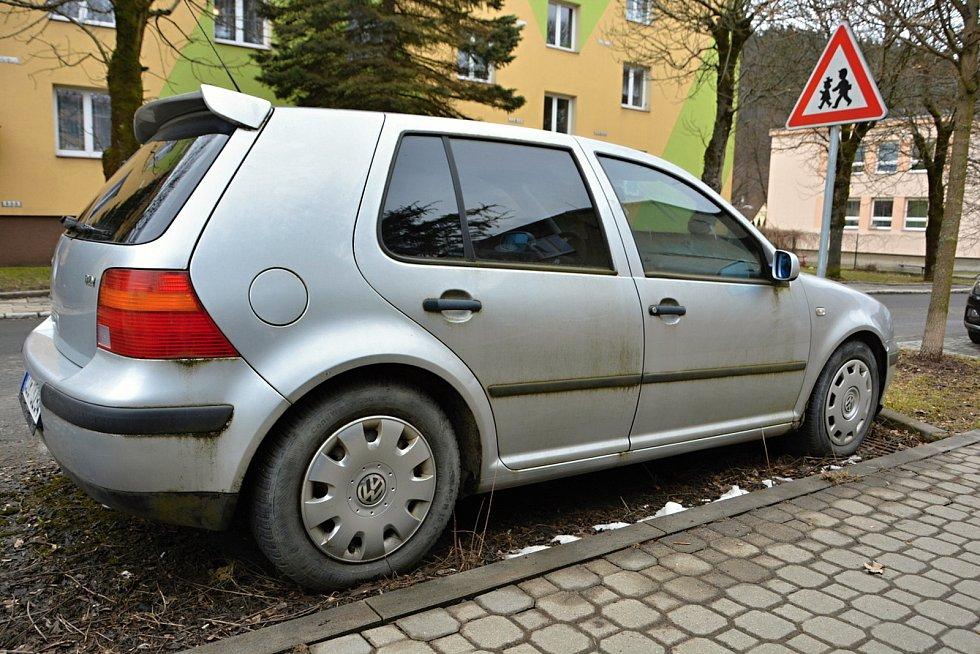 S autovraky a dlouhodobě odstavenými auty se potýkají města i  vesnice.